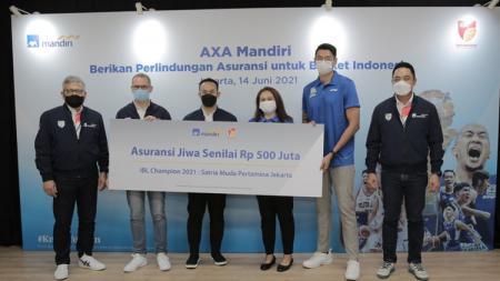 Untuk kali pertama di dunia basket Indonesia, juara dan runner up IBL Indonesia 2021, Satria Muda dan Pelita Jaya, mendapat hadiah asuransi jiwa dari AXA Mandiri. - INDOSPORT