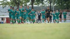 Indosport - Pemain Persebaya berlatih di stadion gelora 10 November Surabaya.
