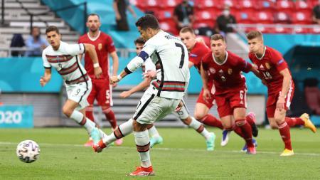 Cristiano Ronaldo berhasil mengeksekusi penalti di laga Hungaria vs Portugal. - INDOSPORT