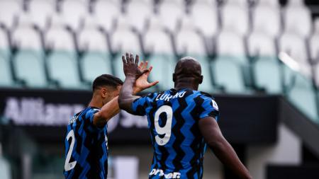 Achraf Hakimi dan Romelu Lukaku merayakan gol Inter Milan. - INDOSPORT