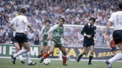 Indosport - Aksi penyerang legendaris Aljazair, Rabah Madjer, dalam pertandingan Piala Dunia kontra Jerman Barat, 16 Juni 1982.