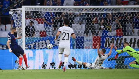 Bomber Prancis, Karim Benzema (kiri), mencetak gol ke gawang Jerman yang belakangan dianulir setelah wasit melihat VAR.