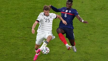 Thomas Muller (kiri) dan Paul Pogba berduel dalam laga penyisihan Grup F Euro 2020 antara Prancis vs Jerman, Rabu (16/6/21) dini hari WIB.