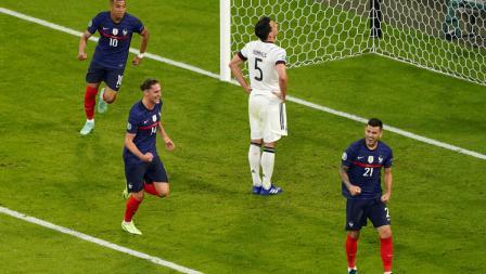 Para pemain Prancis merayakan gol bunuh diri yang dibuat oleh Mats Hummels pada laga Grup F antara Prancis vs Jerman, Rabu (16/6/21) dini hari WIB.