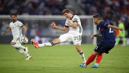 Thomas Muller (tengah), berusaha memblok tendangan dari Lucas Hernandez (kanan) pada laga penyisihan Grup F antara Prancis vs Jerman, Rabu (16/6/21) dini hari WIB.