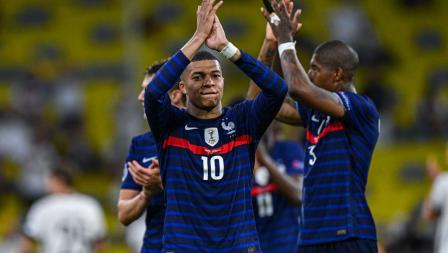 Kylian Mbappe dan Lucas Hernandez merayakan kemenangan Prancis atas Jerman pada laga penyisihan Grup F Euro 2020, Rabu (16/6/21) dini hari WIB.