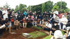 Indosport - Pebulutangkis Markis Kido dikebumikan satu liang dengan almarhum sang ayah, Djumharbey Anwar, di TPU Kebon Nanas, Cipinang, Jakarta Timur, Selasa (15/6/21).