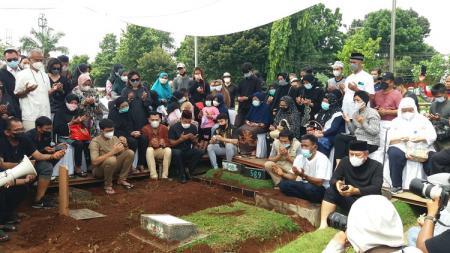 Pebulutangkis Markis Kido dikebumikan satu liang dengan almarhum sang ayah, Djumharbey Anwar, di TPU Kebon Nanas, Cipinang, Jakarta Timur, Selasa (15/6/21). - INDOSPORT