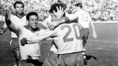 Indosport - Pemandangan pertandingan final Piala Dunia antara Brasil kontra Cekoslovakia, 17 Juni 1962.