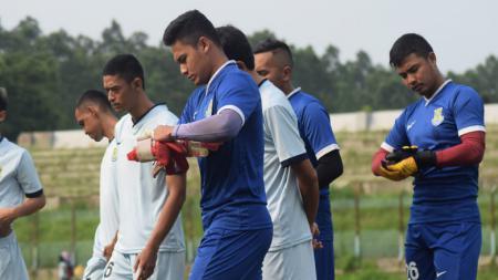Para pemain Persikota saat menjalankan latihan di Stadion Benteng, Tangerang. - INDOSPORT