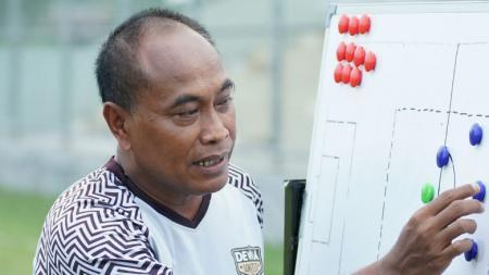 Pelatih Dewa United FC, Kas Hartadi. - INDOSPORT