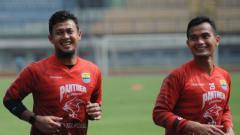 Indosport - Kiper Persib, Muhammad Natshir (kiri), dan Dhika Bayangkara (kanan).