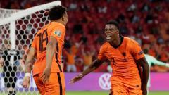 Indosport - Denzel Dumfries merayakan gol kedua Belanda atas Austria bersama Donyell Malen dalam laga lanjutan Grup C Euro 2020, Jumat (18/06/21).