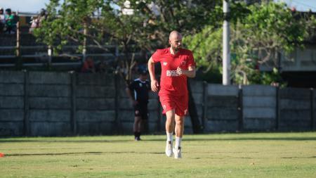 Penyerang anyar klub Liga 1 PSM Makassar asal Belanda, Anco Jansen, tengah berlatih untuk persiapan Liga 1. - INDOSPORT