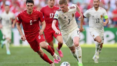 Gelandang Belgia, Kevin De Bruyne (kanan), membawa bola sambil dibayang-bayangi oleh bek Denmark, Andreas Christensen, di laga Grup B Euro 2020.
