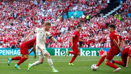 Kevin De Bruyne, mengoper bola yang berujung gol Thorgan Hazard pada laga Denmark vs Belgia di Grup B Euro 2020, Jumat (17/06/21) dini hari WIB.
