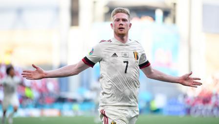 Kevin De Bruyne melakukan selebrasi usai mencetak gol ke gawang Denmark untuk Belgia pada laga Grup B Euro 2020, Jumat (17/06/21) dini hari WIB.