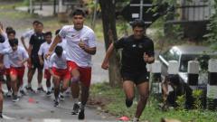 Indosport - Skuat Persik Kediri digembleng kondisi fisiknya dalam latihan di kawasan wisata Goa Selomangleng Kota Kediri, demi persiapan Liga 1.
