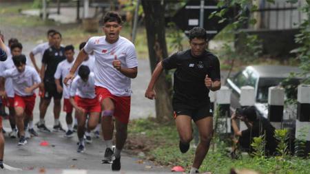 Skuat Persik Kediri digembleng kondisi fisiknya dalam latihan di kawasan wisata Goa Selomangleng Kota Kediri, demi persiapan Liga 1. - INDOSPORT