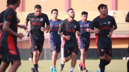 Skuat Madura United saat sedang latihan. - INDOSPORT