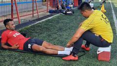 Indosport - Gelandang Sriwijaya FC, Ronaldo Meosido, saat menjalani perawatan pada bagian engkel.