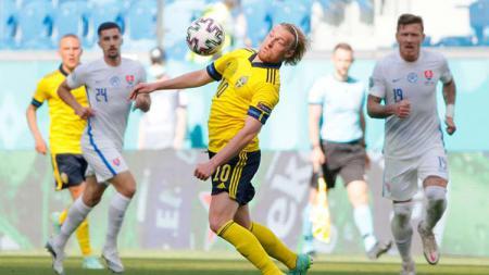 Aksi Emil Forsberg di laga Grup E Euro 2020 Swedia vs Slovakia. - INDOSPORT