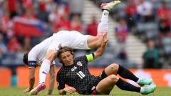 Indosport - Luka Modric ketika sedang berduel dengan pemain lawan dalam laga Euro 2020 antara Kroasia vs Ceko