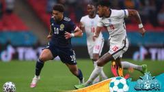 Indosport - Duel Che Adams (Skotlandia) melawan Tyrone Mings (Inggris) di laga kedua grup D Euro 2020.