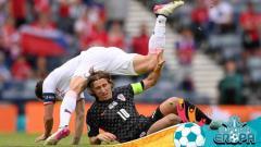 Indosport - Luka Modric ketika sedang berduel dengan pemain lawan dalam laga Euro 2020 antara Kroasia vs Republik Ceko.