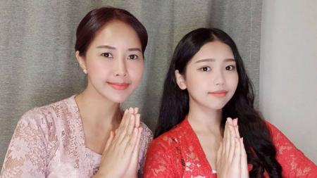 Pemeran tunggal putri Indonesia di K-Drama Racket Boys, Ko Soobin (kanan), bersama sang ibunda, Yannie Kim. - INDOSPORT