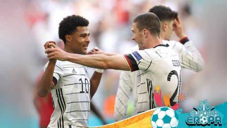 Pemain Jerman, Robin Gosens merayakan dengan Serge Gnabry usai mencetak gol pada pertandingan Grup F, UEFA Euro 2020. - INDOSPORT