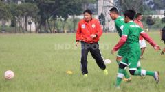Indosport - Pelatih PSKC Cimahi, Robby Darwis, saat memimpin latihan di Lapangan Brigif, Kota Cimahi.