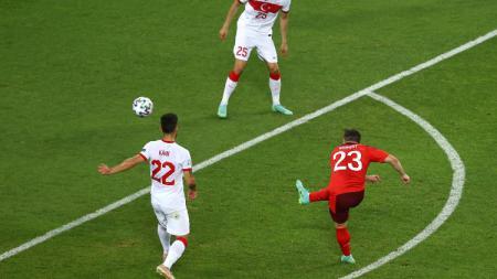 Proses gol kedua Swiss ke gawang Turki yang dicetak oleh Xherdan Shaqiri. - INDOSPORT