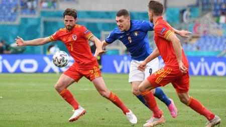 Andrea Belotti berduel dengan Joe Allen di laga Italia vs Wales. - INDOSPORT