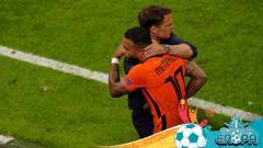 Indosport - Memphis Depay dan Frank de Boer di laga Euro 2020 Timnas Belanda kontra Austria.