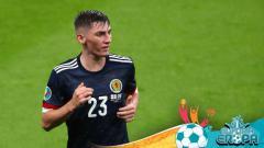Indosport - Billy Gilmour saat bermain untuk Timnas Skotlandia di Euro 2020.