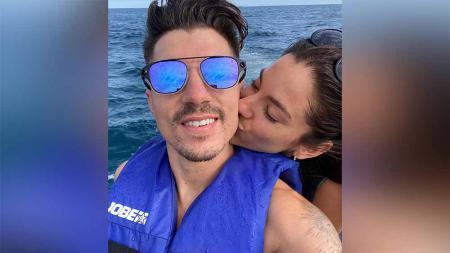Maverick Vinales dengan Istri. - INDOSPORT