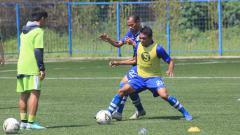 Indosport - Supardi Nasir dan Frets Butuan berebut bola, saat latihan Persib Bandung beberapa waktu lalu.