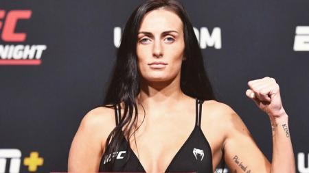 Petarung MMA wanita, Casey O'Neill nyaris membunuh lawannya, Lara Procopio usai melancarkan kuncian leher mematikan di UFC Vegas 29, Minggu (20/06/21) kemarin. - INDOSPORT