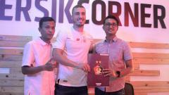 Indosport - Manajer Persik, Syarif Hidayatullah (kanan) memperkenalkan bek Brasil, Arthur Felix.