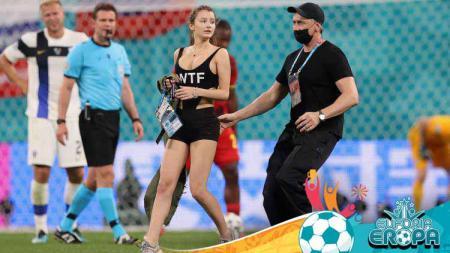 Seorang wanita mencoba menyusup ke laga Euro 2020 Finlandia vs Belgia. - INDOSPORT