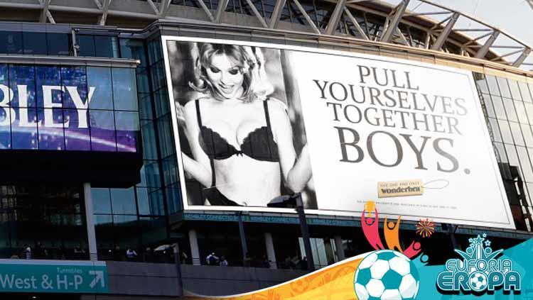 Suporter Timnas Inggris memajang baliho model lawas Ceko di Stadion Wembley jelang bentrokan Euro 2020. Copyright: thesun