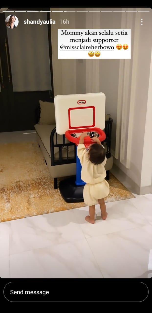 Putri Shandy Aulia, Claire Herbowo, diperkenalkan olahraga basket sejak dini. Copyright: Instagram/Shandy Aulia