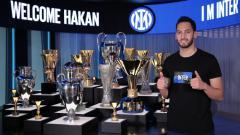 Indosport - Hakan Calhanoglu sebut alasannya berpaling dari AC Milan ke Inter Milan bukan karena uang.