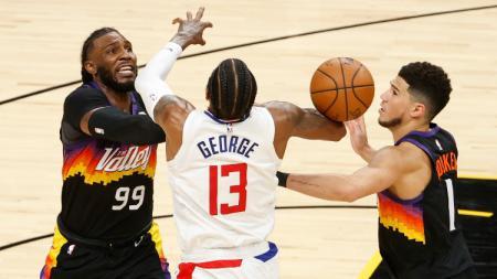 Paul George (tengah) berduel dengan Jae Crowder dan Devin Booker di final wilayah NBA Suns vs Clippers. - INDOSPORT