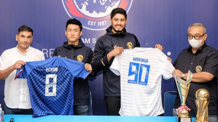 Arema FC memperkenalkan secara resmi kepada publik dan awak media atas dua dari empat pemain asing yang menjadi proyeksi tim pada kompetisi Liga 1 musim 2021/2022 mendatang. - INDOSPORT