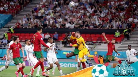 Duel pemain Portugal, Danilo, dengan kiper Prancis, Hugo Lloris, yang menyebabkan penalti. - INDOSPORT
