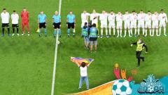 Indosport - Seorang penyusup membentangkan bendera pelangi di laga Euro 2020 Jerman vs Hungaria.