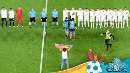 Seorang penyusup membentangkan bendera pelangi di laga Euro 2020 Jerman vs Hungaria. - INDOSPORT