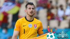Indosport - Martin Dubravka di laga Euro 2020 Slovakia vs Spanyol.